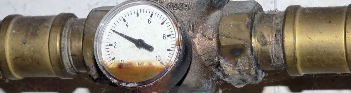 צינור מים עם שעון